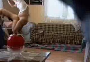 البت بتفتح رجليها وجوزها يرقد عليها يلحس وينيك جامد فشخ-بورن سكس عربي