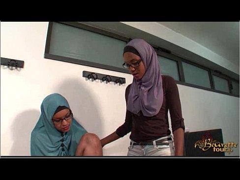 عمانية وصديقتها يمارسان الجنس بقوة-بورن سكس عماني