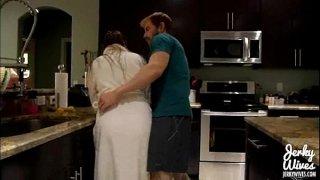 افلام بورن سكس عائلي يمسك امه عارية فيتحرش بها ويغتصبها-بورن سكس أجنبي