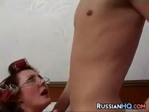 روسيةأم تتناك من جارها الصغير بشهوة-بورن سكس روسي