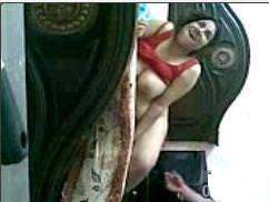 يدخل على اخته فى الحمام ويصورها وهى عريانة بكسها المشعر وجسمة المشدود-بورن سكس عربي