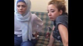 الشرموطه بتتكيف من زبره بعد ماوقفته واستمتعت منه بالنيك-بورن سكس عربي