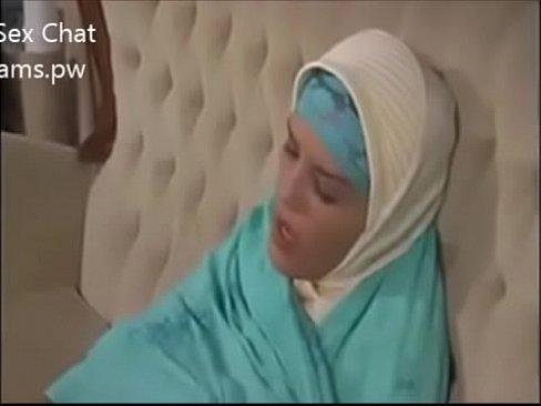 محجبة عربية ساخنة تدلع كسها ويقبض عليها أخيها !! فتتناك منه بقوة-بورن سكس محجبات