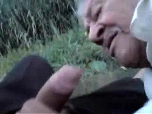 رجل كبير في السن يرضع لإبن جاره الصغير زبه-بورن سكس شواذ
