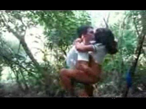 مراهقة في الثانوية تتناك من صديقها برومانسية في الغابة-بورن سكس مراهقين