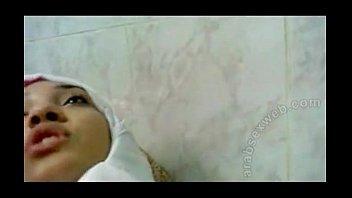 بيمسك قحبه يفضل ينيك فيها فى الحمام ويبهدلها-بورن سكس عربي