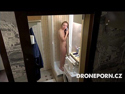 فتاة جميلة تستحم وتجلخ كسها وبزازها الممحونة-بورن سكس كاميرة مخفية