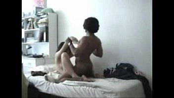 زوجه سخنانه بيرميها على السرير ويستمتع بجسمها لحد ماينطر-بورن سكس عربي