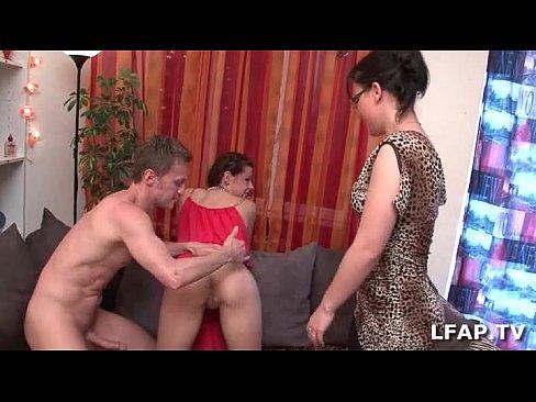 ميلف وصديقتها تتناك من جارهم الصغير !! الذي لديه شهوة جنسية كبيرة-بورن سكس فرنسي
