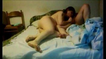 تصوير منزلى الشرموطه بتنام على السرير وينيك فيها جسمها جامد ومثير-بورن سكس عربي