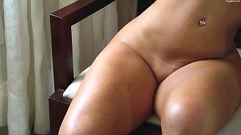 على السرير الموزه بترمي نفسها وينطر عليها يغرقها-بورن سكس عربي