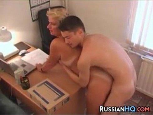 ميلف روسية مديرة مصنع تتناك من موظفها الذي يصغر منها سنا -بورن سكس روسي