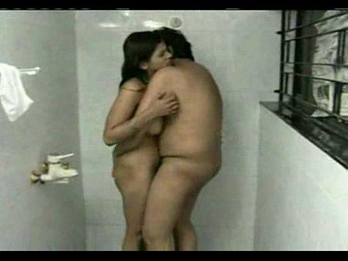 هندية جميلة تتناك من صديق أبيها في الحمام !!! ورعة-بورن سكس هندي