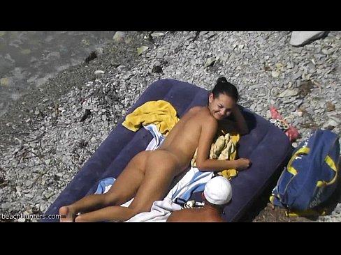 برازيلية جميلة في الشاطئ تتناك من السباح المنقذ !! روعة-بورن سكس كاميرة مخفية