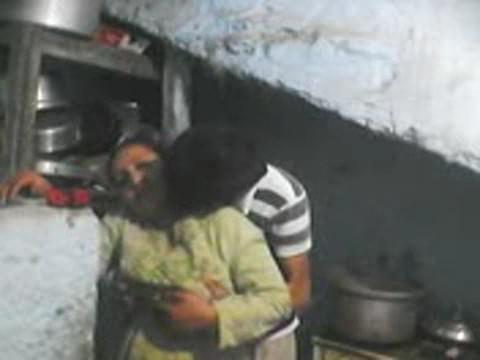 بورن سكس عربى يدخل على الخدامة فى المطبخ ويزنقها في الحيطة وينكها-بورن سكس عربي