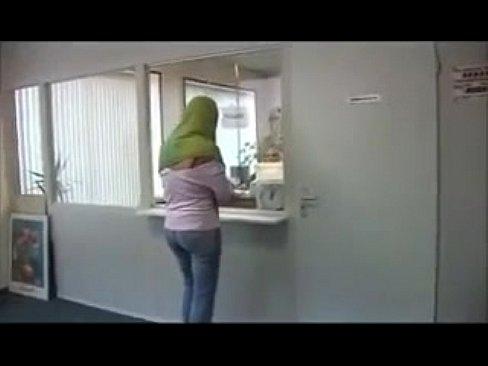 محجبة هايجة تمص الزب وتتناك مقابل المال !! لأجل العمل-بورن سكس عربي
