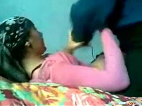 محجبة جزائرية تتناك في السرير من صدييقها المقرب-بورن سكس جزائري