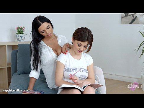 الأم الهايجة و إبنتها الجميلة !! يمارسن الجنس بأروع ما يكون-بورن سكس محارم