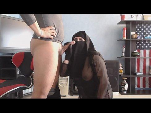منقبة شرموطة تتذوق طعم المني-بورن سكس منقبات